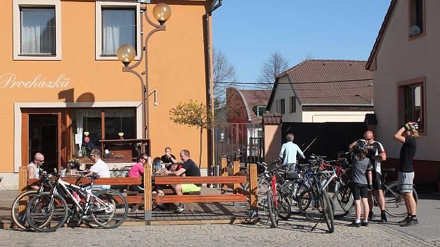 Luka nad Jihlavou jsou oblíbeným cílem cyklistů. Jezdí i do Hostince U Procházků známého jako Dolnička, tentokrát však hromadně zamíří do Kolničky.