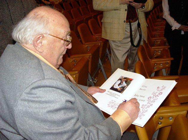 Míla Brtník podepisuje svou novou knihu.