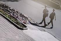 Policisté pátrají po těchto dvou lidech kvůli sprejerství v jihlavské Havlíčkově ulici. Mohli by podat důležité svědectví.