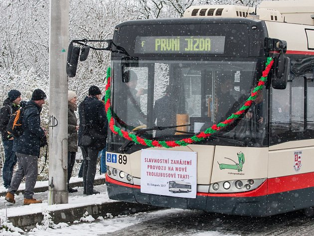 Přesně týden platí v Jihlavě nový jízdní řád trolejbusových linek. Do krajského města přinesl mnoho novinek, na které si Jihlavané pomalu zvykají.