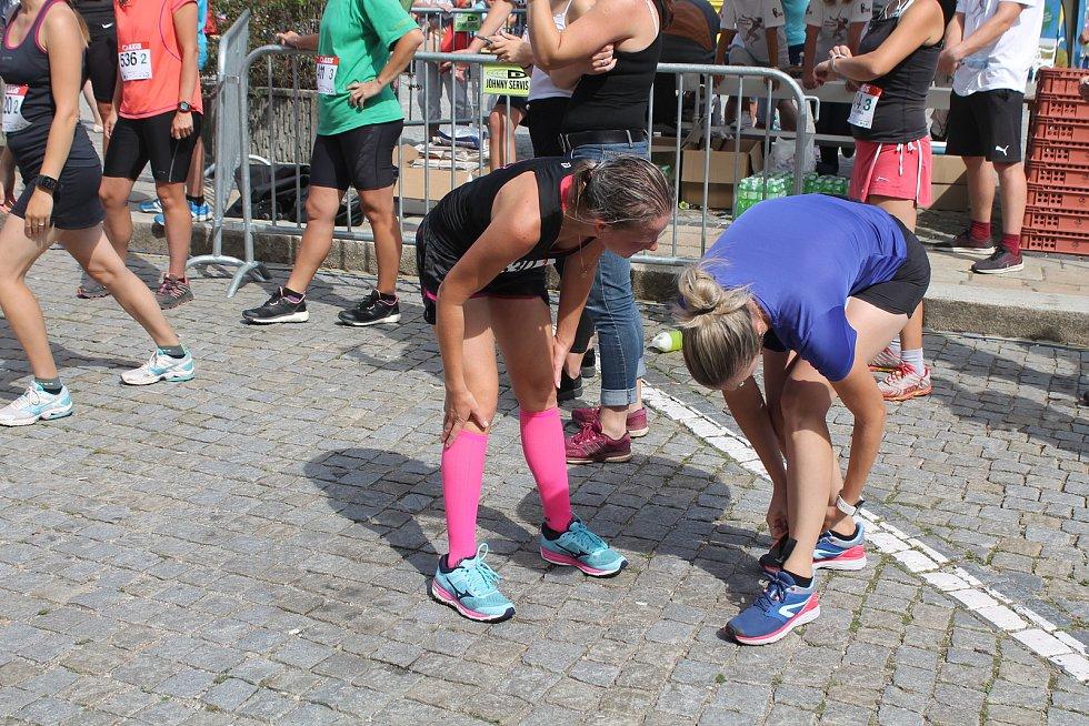 Běžci ze štafety si museli předat čip, který se připevňoval na nohu.