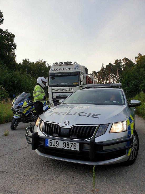 Policisté během dne zkontrolovali desítky kamionů.