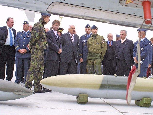 Prezident Václav Klaus na letecké základně v Náměšti nad Oslavou.