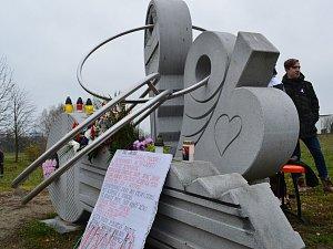 Zapálené svíčky, kytice, satirická představení i hudební vystoupení. Takové bylo páteční vzpomínání na události, které se staly 17. listopadu roku 1989. Akce, kterou pořádal Spolek pro navrácení sochy Tomáše Garrigua Masaryka do Jihlavy, probíhala v Jihla