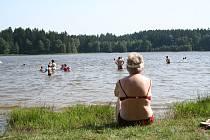 Rybník Sykovec je oblíbeným místem ke koupání.