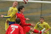 Jan Veselý (ve žlutém vlevo) skóroval proti Lipové třikrát. Dvakrát se prosadil ze vzduchu.