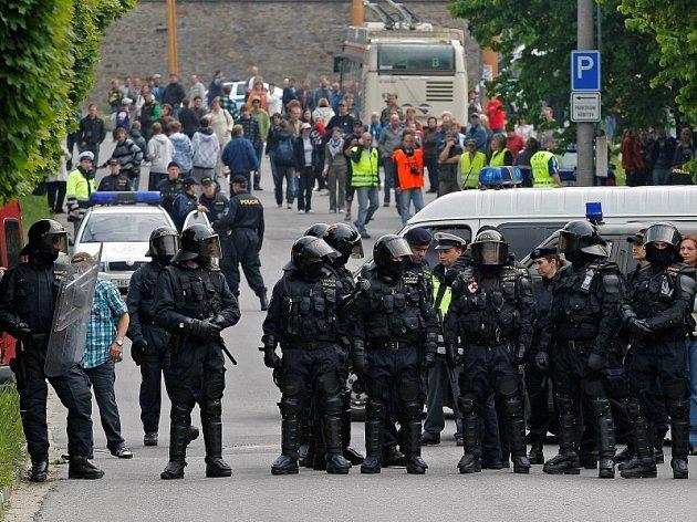 Policisté nepovolili přístup radikálů k ústřednímu hřbitovu.