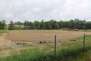 Fotbalové hřiště v Kamenici prochází svou první opravou.
