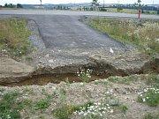Voda si u silnice z Třebíče do Jihlavy našla svou cestu. Jak je vidět ze snímků, postaveným kanálem rozhodně voda neteče.