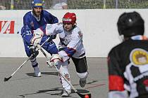 Jihlavští hokejbalisté (v bílém) se díky třem bodům z nedělního utkání proti Jindřichovu Hradci odlepili z posledního místa.