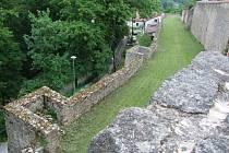 Pohled na nově otevřenou část jihlavského hradebního parkánu.