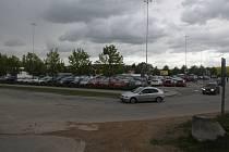 Parkoviště by mělo být dost velké, aby se tam vešly pouťové atrakce i auta zákazníků.