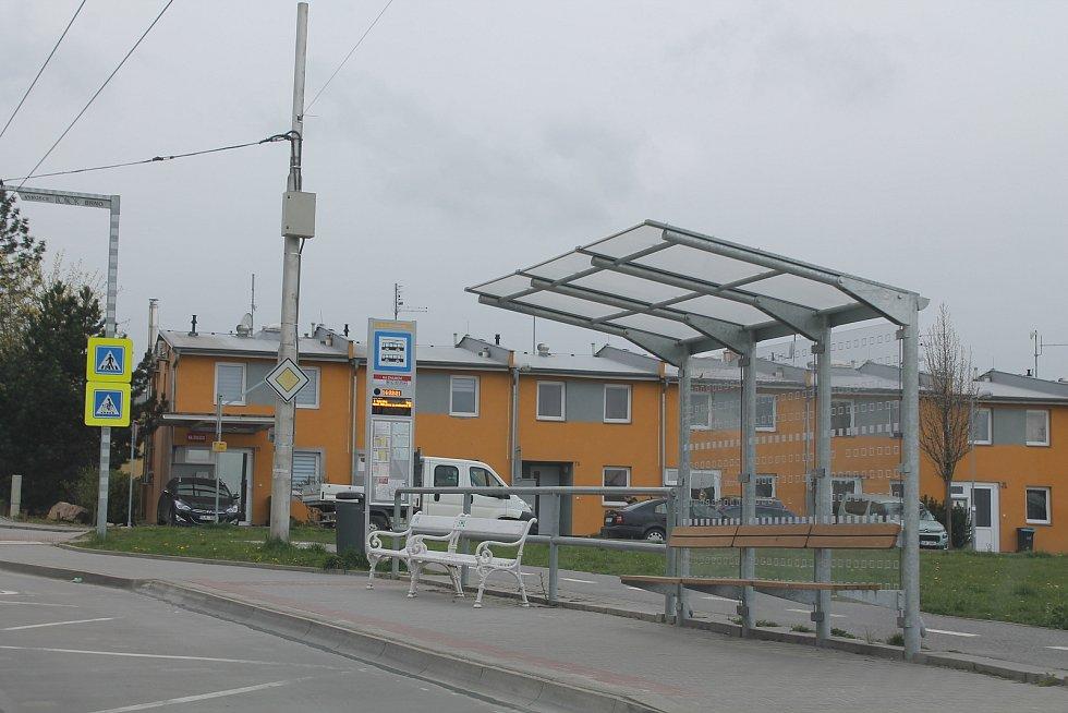 Na zastávce S. K. Neumanna takzvané inteligentní označníky MHD. Díky GPS mohou cestující v reálném čase sledovat, za jak dlouho jim spoj přijede.