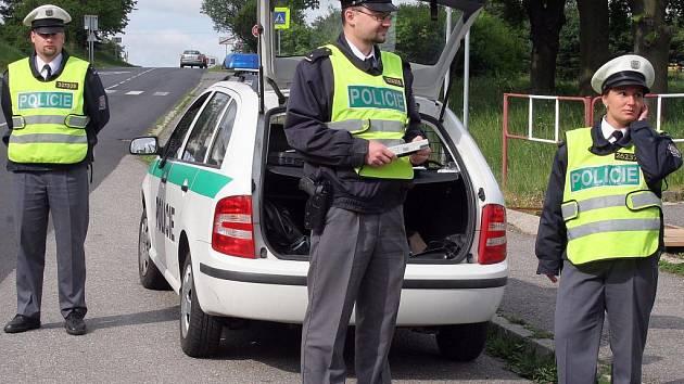 Dlouhé nohavice nesvléknou ani v létě. Policisté, hasiči, strážci objektů a mnozí další zažívají v uniformách perné chvilky. Rozumní zaměstnavatelé dovolí alespoň krátké rukávy.