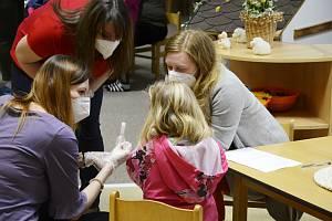 Děti by si měly testy dělat kompletně samy ve škole. Těm z nižších ročníků budou moct pomáhat rodiče.