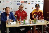 Bedřich Ščerban, Viktor Ujčík a Tomáš Čachotský (zleva) na posezonní tiskové  konferenci HC Dukla Jihlava.