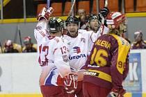 Olomoučtí hokejisté se radují z gólu do sítě Dukly. Jihlavský obránce Malena jen zklamaně odjíždí na střídačku.
