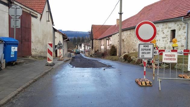 Omezení. V Dolní Cerekvi je kvůli stavbě splaškové kanalizace uzavřena ulice u zdravotního střediska. Postupně se budou opravovat i další ulice v městysi.