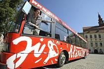 Jako blok popsaný poznámkami. Tak vypadá trolejbus Mezinárodního festivalu dokumentárních filmů Jihlava, který letos upomíná na patnáctileté výročí festivalu.