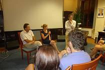 Po promítání filmu mohli návštěvníci podiskutovat s primátorem, režisérkou i ředitelem festivalu.