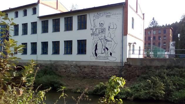Číhá. Na bílé fasádě ateliéru, kde  se středoškoláci učí kreslit, se minulý týden objevila malba. Dominuje jí kostra, za níž stojí figurína. Malba je výtvorem studentů a vidět ji mohou lidé pohybující se po cyklostezce v jihlavském Heleníně.