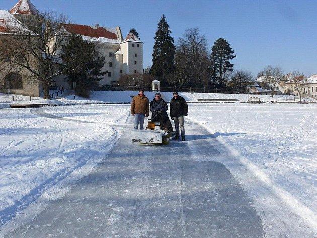 Bruslařská dráha na Štěpnickém rybníce.