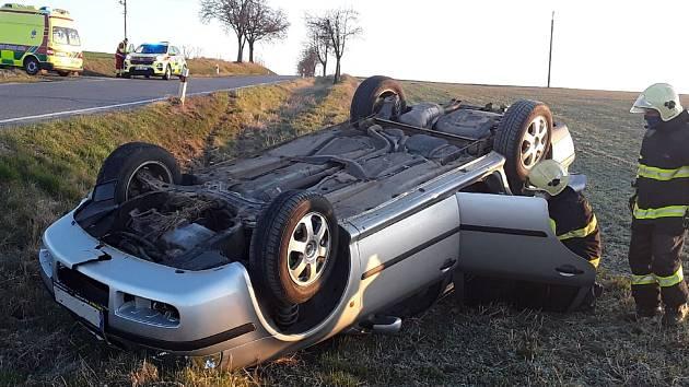 Auto skončilo po nehodě u Staré Říše mimo silnici a převrácené na střechu.