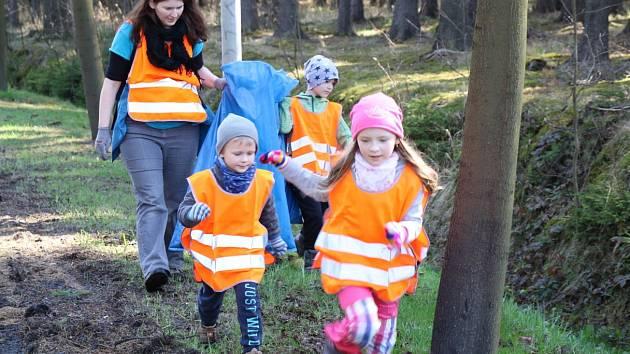 Vedle zaměstnanců firmy Bosch Diesel se zapojily do akce Čistá Vysočina také jejich děti.