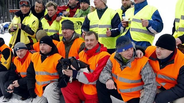 Dvacítka nadšenců lyžovala od čtvrtka do pátku 24 hodin na sjezdovce Šacberk a vytvořila tak nový český rekord v délce sjezdového lyžování.