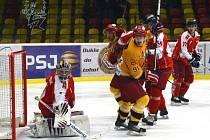 Jihlavští hokejisté (ve žlutém) utnuli sérii špatných výsledků a na domácím ledě podruhé v sezoně porazili Olomouc. Tentokrát ale rozhodnutí přinesly až samostatné nájezdy, ve kterých rozhodl Tomáš Čachotský.