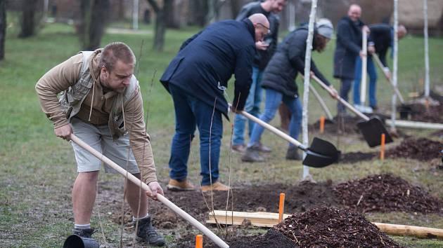 Rýčů se chopili zástupci magistrátů, City parku i ředitel ZOO Jihlava.