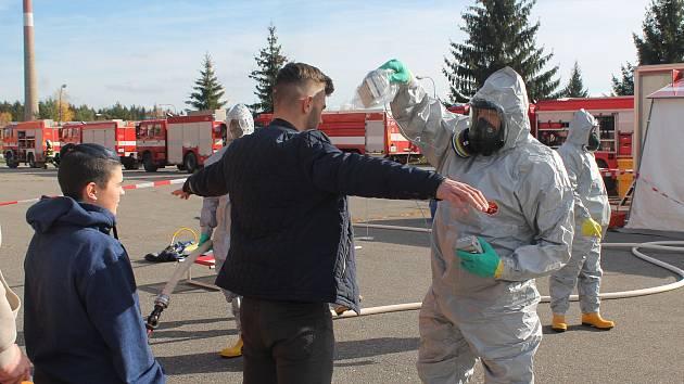 V objektu bývalých vojenských kasáren v Pístově simulovali radioaktivní útok na základní školu.
