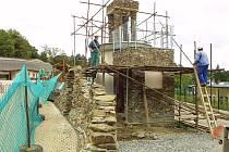 Maják roste. Zedníci dokončují stavbu, představující pobřežní maják s rozhlednou, pod níž bude možno vídat shetlandské poníky a o kus dál v kopci  budou vidět žirafy.