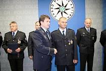 Policejní prezident Oldřich Martinů udělil Jiřímu Škarkovi z jihlavské cizinecké policie medaili Za statečnost.