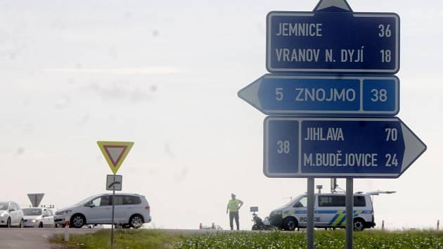 Policie zasahuje. Policejní hlídky znají křižovatku u Markvartic velice dobře. Většinou ve spojitosti s nehodami.