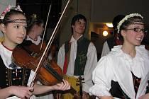 Muzikanti a tanečníci Pramínku vystupují více než dvacet let v telčských krojích, v nichž se představili i na festivalech v Belgii, Holandsku, Švédsku a jinde. Na sobotním snímku desítka muzikantů souboru v předsálí jihlavského domu kultury.