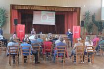 Setkání vedení obce, zástupců  Penny Marketu a veřejnosti se zúčastnilo téměř padesát lidí.
