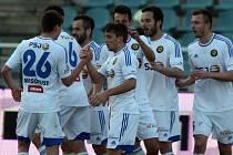 Fotbalisté FC Vysočina (v bílém) se radují z prvního jarního vítězství. Jihlava o něm na Julisce rozhodla díky skvělému vstupu do druhého poločasu, kdy se v rozmezí sedmnácti minut trefil Jánoš a dvakrát Harba.