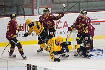K prohře hokejistů jihlavské Dukly (ve vínovém) 3:5 s Litoměřicemi přispěla mizerná první polovina zápasu, v níž nabrali tříbrankové manko.