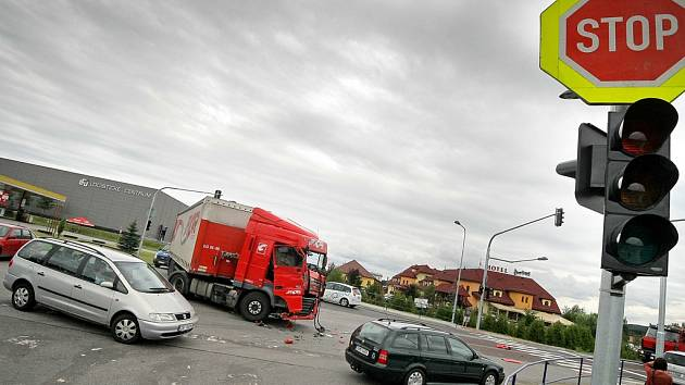 Jedna z nejnebezpečnějších vysočinských křižovatek je na okraji Jihlavy. V části města zvané Červený Kříž se teď motoristé i chodci od včerejška nově setkají mimo jiné se semafory. Těsně před jejich spuštěním se na křižovatce srazily dva kamiony.