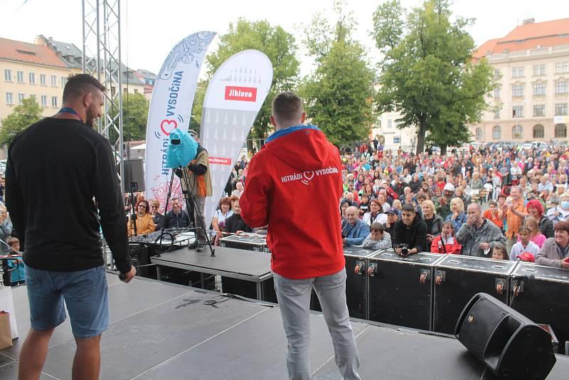 Lukáš Krpálek ukázal domácím příznivcům v Jihlavě olympijskou zlatou medaili.