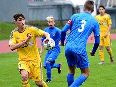Fotbalovým dorostencům FC Vysočina se daří. Výběr U19 ještě neztratil ani bod, jejich mladší kolegové u U17 (ve žlutém Václav Havlín) jsou v tabulce také první. Foto: Jan Černo