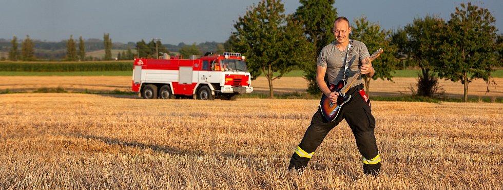 Zpívající hasič Jurič Pařil.