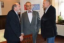 Karel Schwarzenberg se v Jihlavě potkal s lídrem kandidátky do sněmovních voleb Ladislavem Jirků (vlevo) a senátorem Václavem Jehličkou (vpravo).