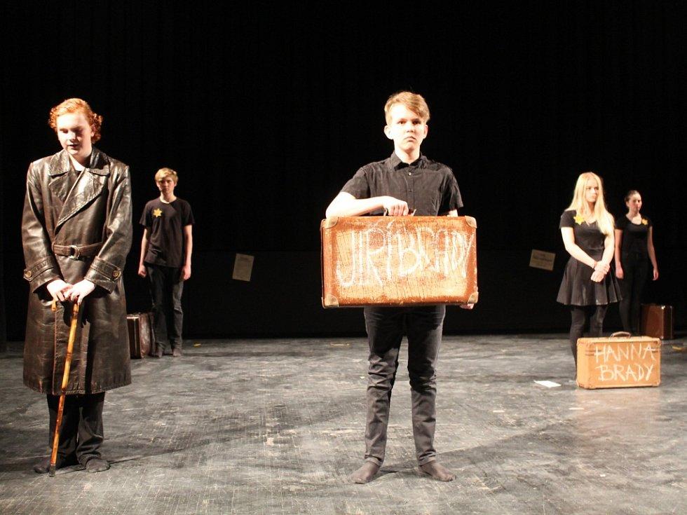 Poslední představení regionální postupové přehlídky studentského divadla JID patřilo souboru 4Brady. Pětice herců na scéně představila příběh Jiřího Bradyho, rodáka z Vysočiny.