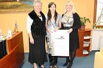 Letošní Miss Junior Kraje Vysočina Zuzana Rajdlová se včera na krajském úřadě setkala s radní Marií Kružíkovou. Doprovázela ji ředitelka soutěže Kateřina Hamrová.