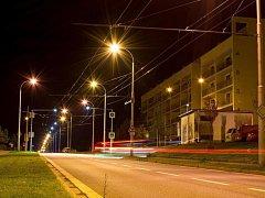 Noční osvětlení jihlavské Vrchlického ulice (v části Horní Kosov poblíž křižovatky s ulicí S. K. Neumanna).