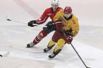 Jihlavští hokejisté rázně utnuli střelecké trápení z posledních duelů a Třebíči nasázeli osm branek. Kapitán Tomáš Čachotský (ve žlutém) se na tom podílel dvěma zásahy.