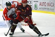 Jihlavští hokejisté (v červeném Michal Důras) otočili utkání s Olomoucí a vyhráli 5:4 po prodloužení.