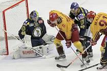 Jihlavský útočník Marek Prokš (uprostřed ve žlutém) sestřelil Slovan třemi brankami. Svým prvním gólem dokonce vyhnal gólmana Petráska z branky.